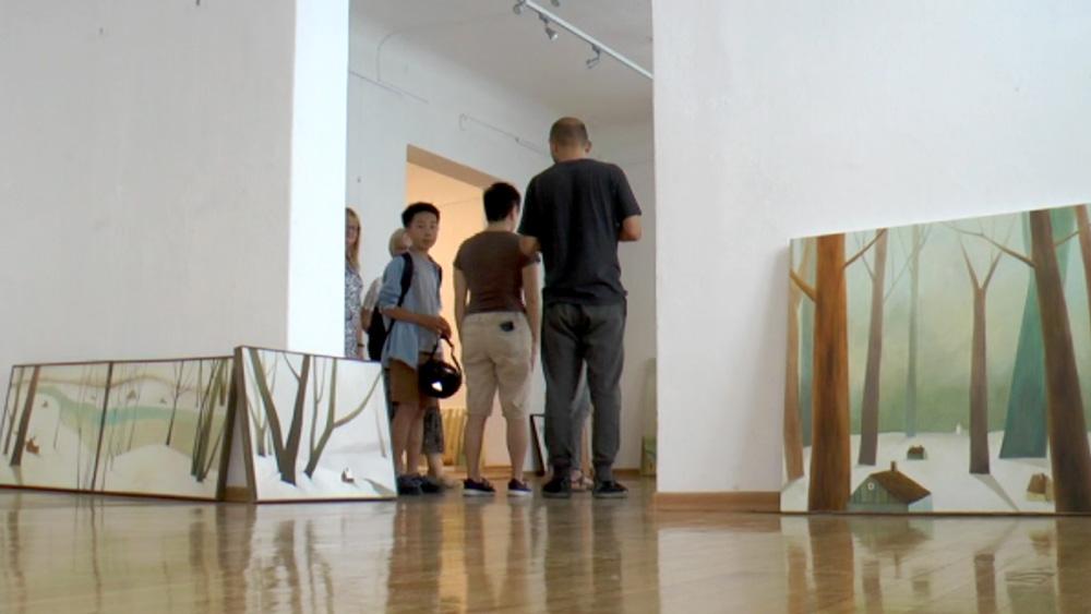 """Ģimene no Ķīnas atklāj gleznu izstādi """"Mēs dzīvojam Bauskā"""""""
