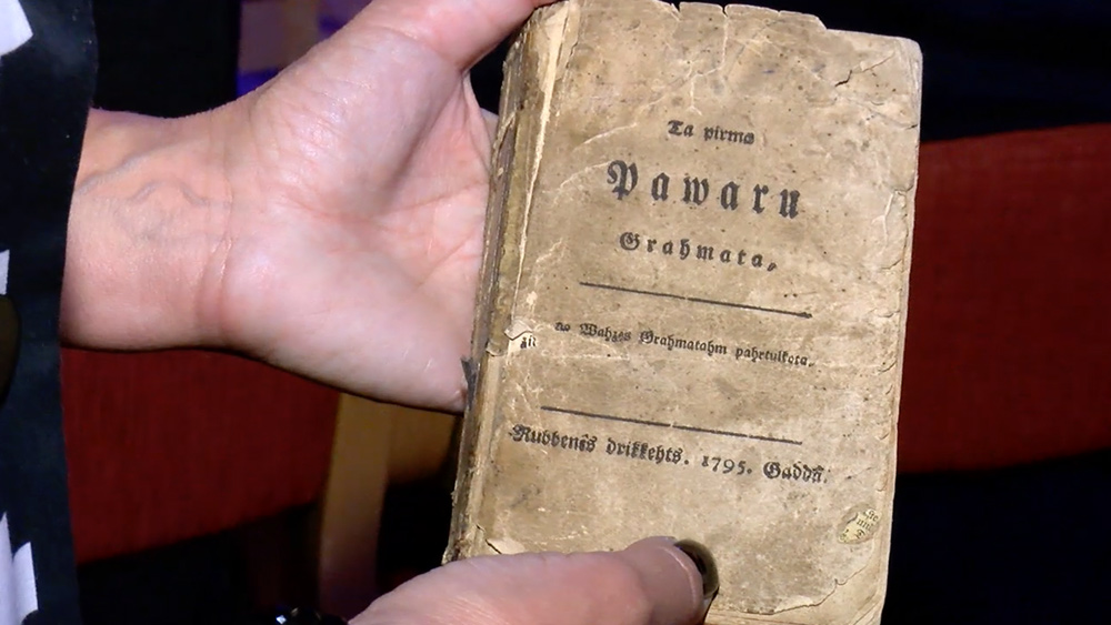 Tā pirmā pavāru grāmata
