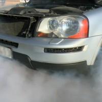 Ugunsdzēsēji demonstrē pareizu rīcību automašīnas aizdegšanās gadījumā