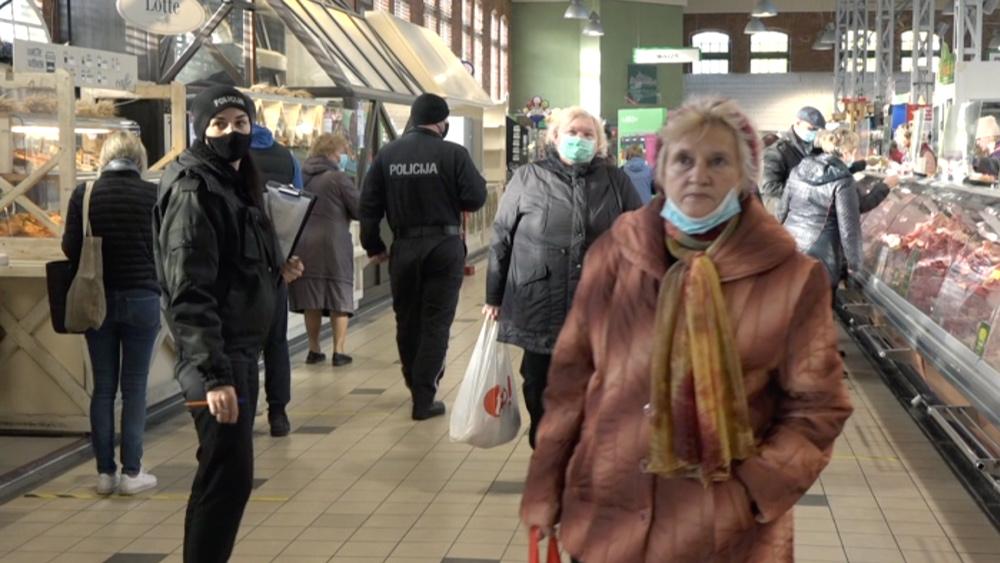 Liepājā policija reidā kontrolē sejas masku lietošanu