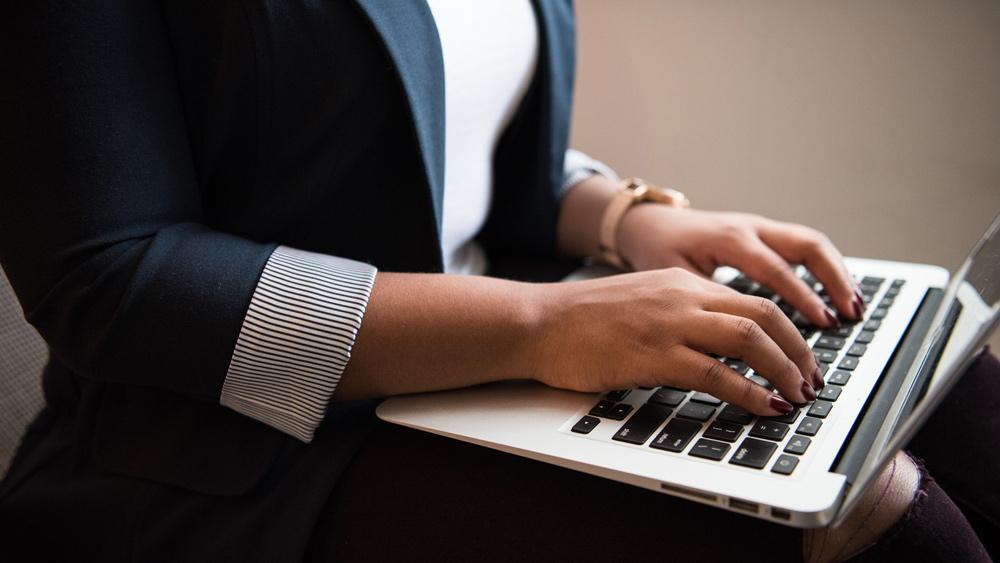 Latvijā sievietes uzķeras uz krāpniekiem sociālajos medijos