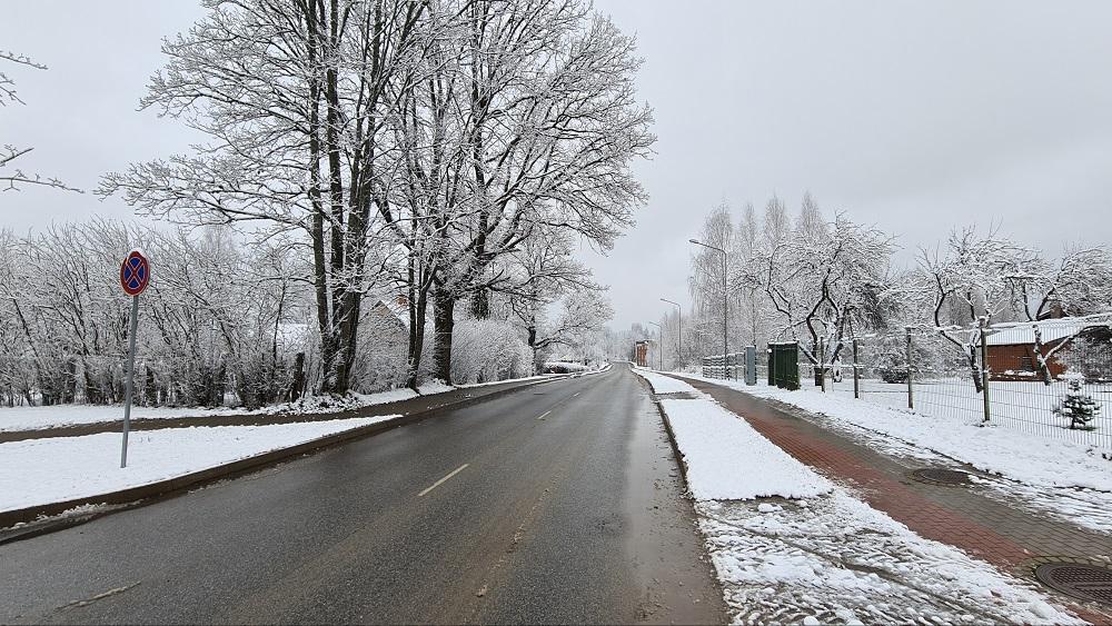 Vidzemē autovadītājiem atkal jāpierod pie sniegotiem ceļiem