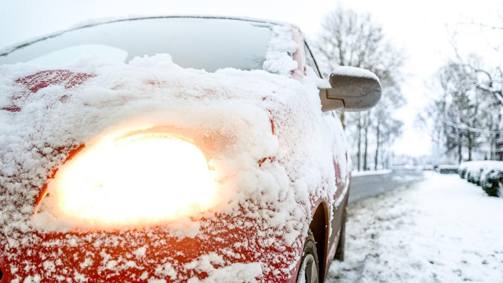 Kā pareizi un ātrāk notīrīt mašīnu aizsalušos vējstiklus?