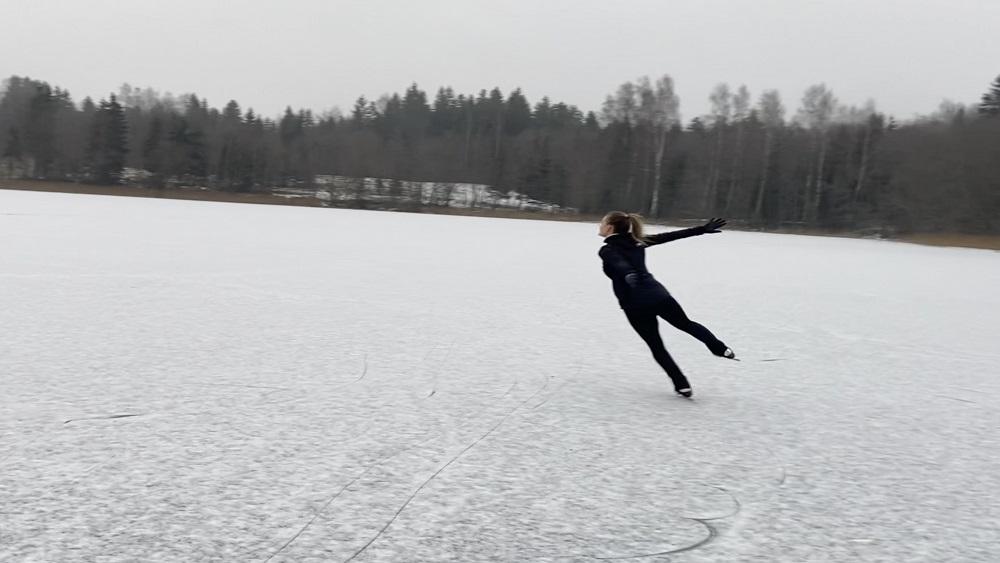 Alūksnē uz ezera ledus trenējas daiļslidotāja