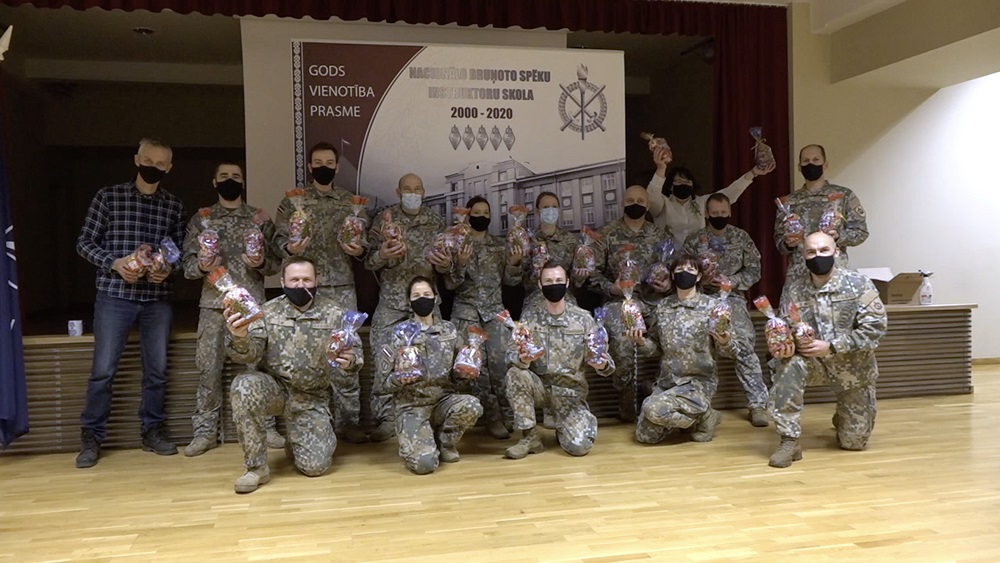 Karavīri Cēsīs gatavo svētku paciņas bērniem no Ukrainas