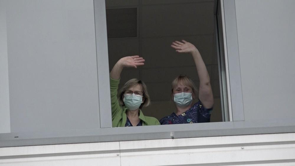 Skolēni iepriecina Kuldīgas slimnīcas mediķus