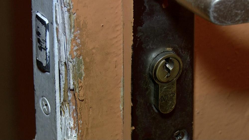 Tirgošanās ierobežojumu dēļ jēkabpilietei jāatstāj dzīvoklis neaizslēgts