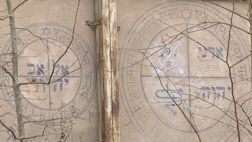 Valmierā uz vairākām sienām atklātas dīvainas zīmes