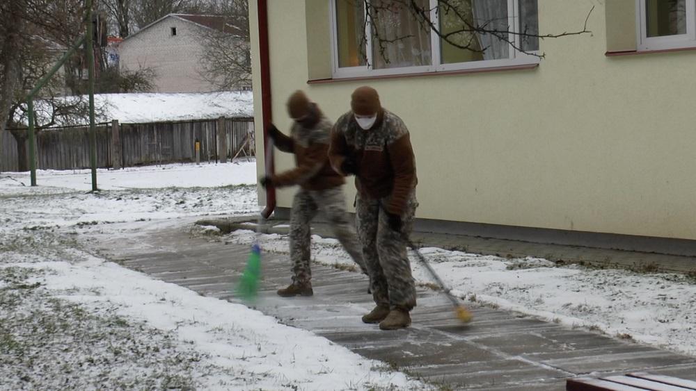 Kokneses novadā aprūpētājiem Covid-19 krīzē palīdz zemessargi