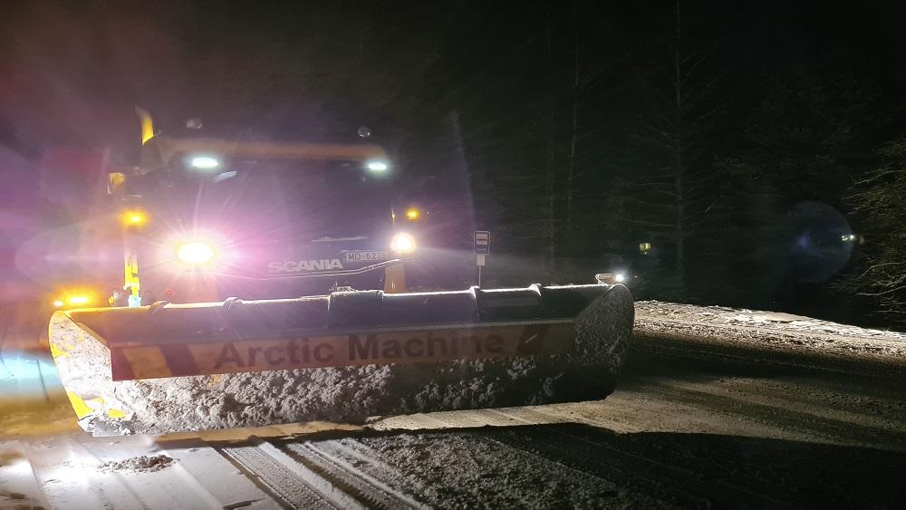 Kā šajās dienās strādā sniega tīrītāji uz ceļiem?