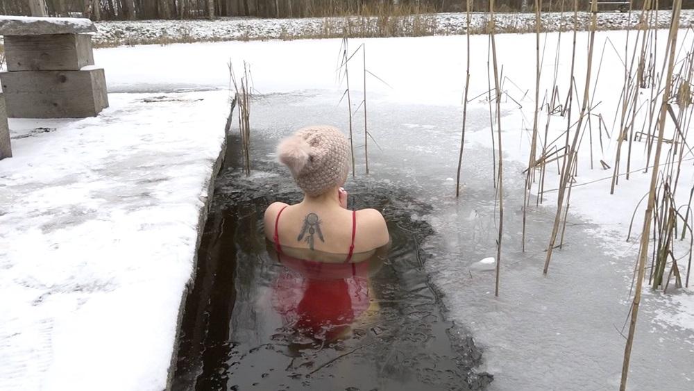 Daudzi bauda aukstumu ledus peldēs