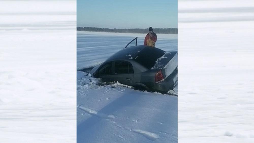 Pečoru ezerā ielūst automašīna