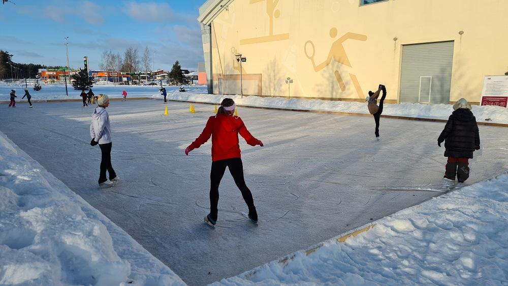 Daiļslidotāji Latvijā trenējas ārā