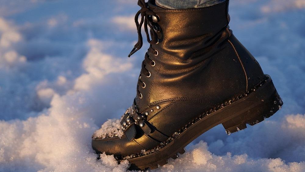 Apavu tirgotāji sūdzas par negodīgu konkurenci, iedzīvotāji – par ierobežotām iespējām iegādāties apavus