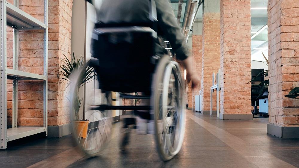 Drošības pasākumi veikalos būtiski apgrūtina cilvēkus ar kustību traucējumiem