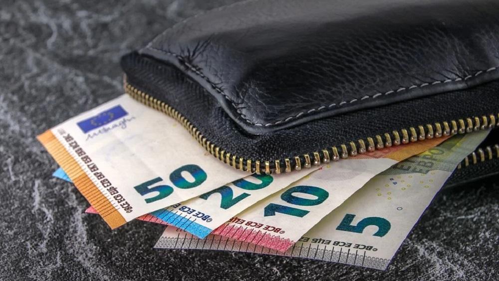 Parādniekiem laicīgi jāinformē tiesu izpildītāji par 500 eiro pabalstu