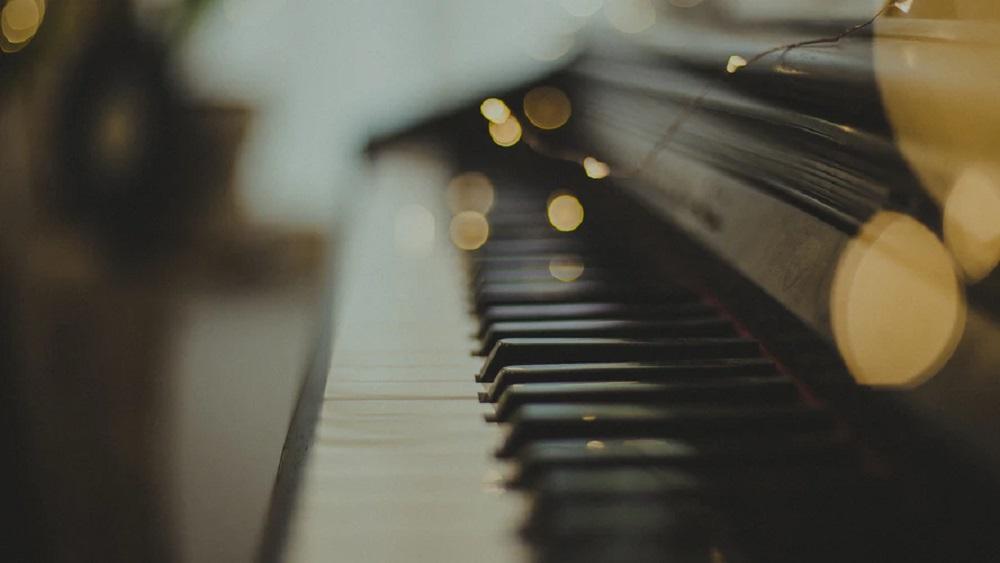 Dāvana teātrim - simtgadīgas klavieres