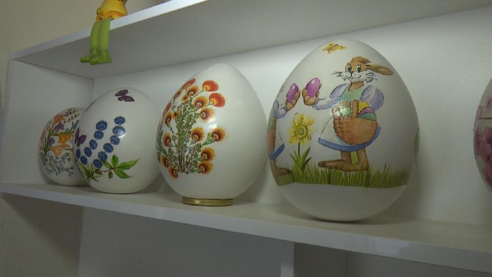 Pavāre brīvajā laikā darina ģipša olas ar dekupētiem ornamentiem