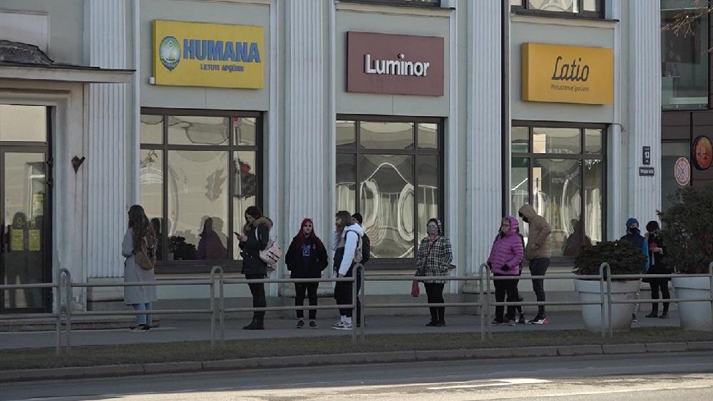 Pie šodien atvērtajiem veikaliem veidojas rindas