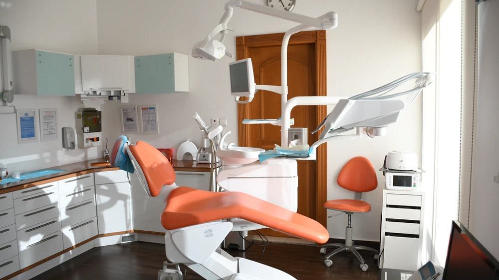 Liepājā bērniem un jauniešiem sāk labot zobus arī pilnā narkozē