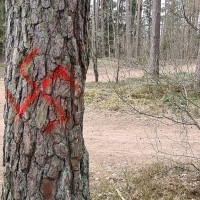 Vandālistu uzzīmēta ugunskrusta zīme satrauc valmieriešus