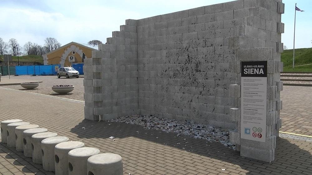 """Daugavpilī izveidota """"Izlādes - uzlādes"""" siena"""