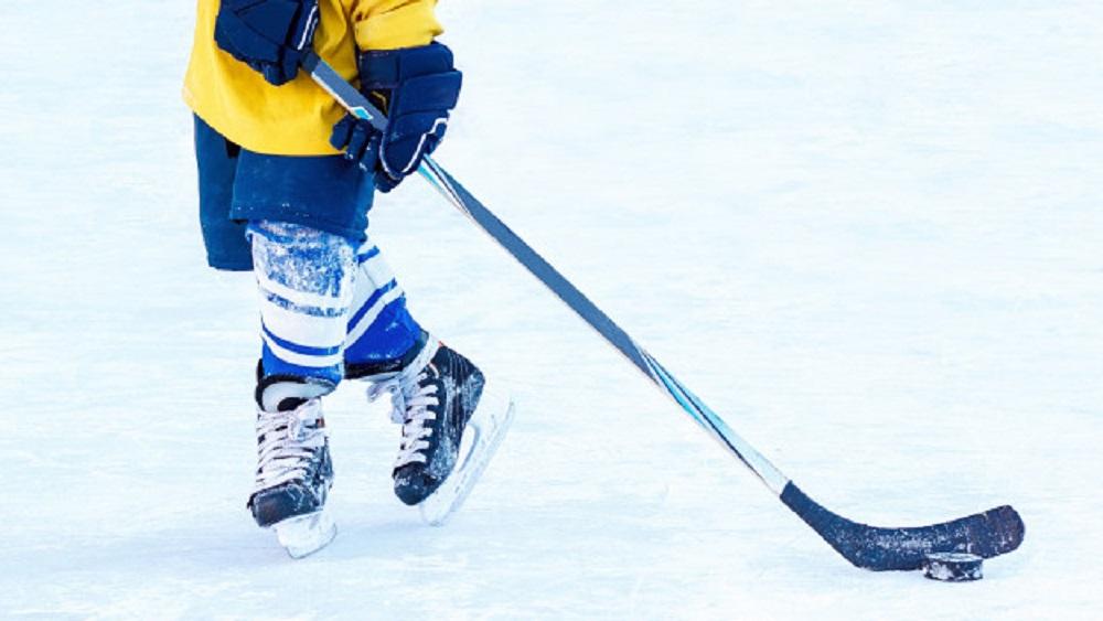 Ar ceļojošo kausu iedvesmo jaunos hokejistus