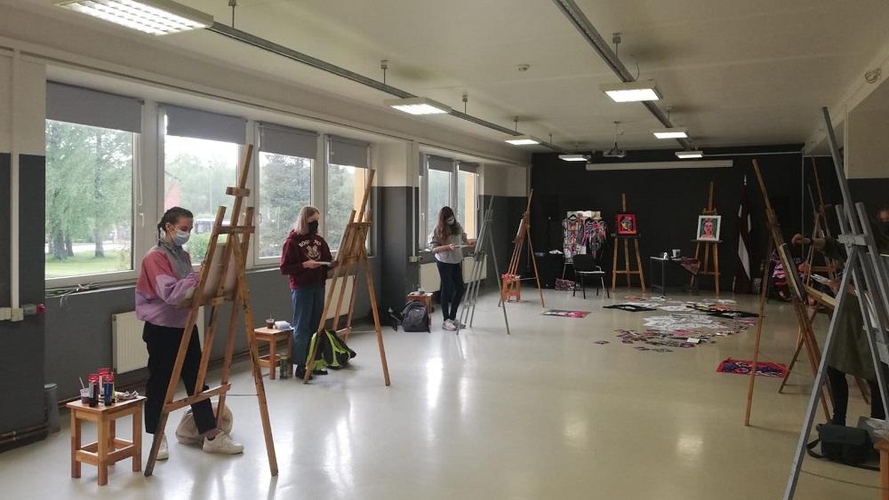 Elita Patmalniece meistarklasē māca skolēniem justies brīvākiem mākslā