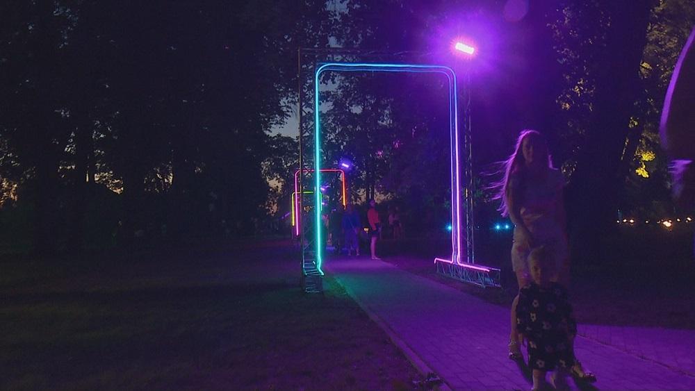 Ar gaismu spēlēm atklāj atjaunoto Strūves parku Jēkabpilī
