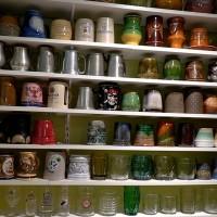Alus kausu kolekcijai divas istabas sāk kļūt par mazu