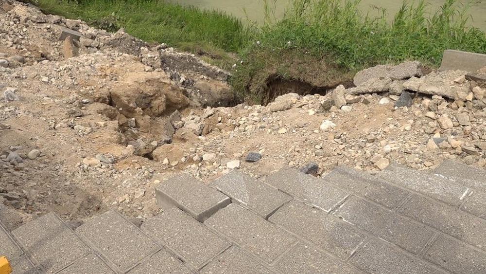 Spēcīgais lietus rada bojājumus infrastruktūrā