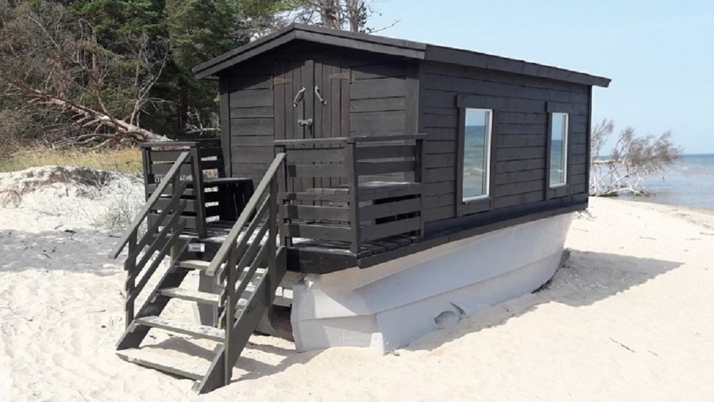"""Valsts vides dienests aicina tūristus neizmantot nelikumīgas tūrisma mītnes """"laivas-mājas"""" Kolkas pludmalē"""