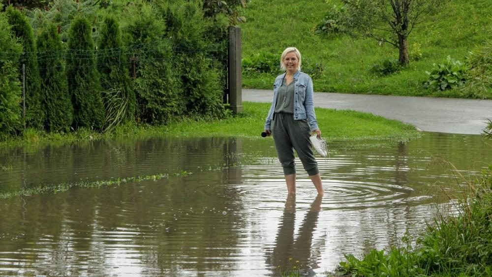 Plūdi paralizē satiksmi Daugavpilī; Ogri pārņem peļķes