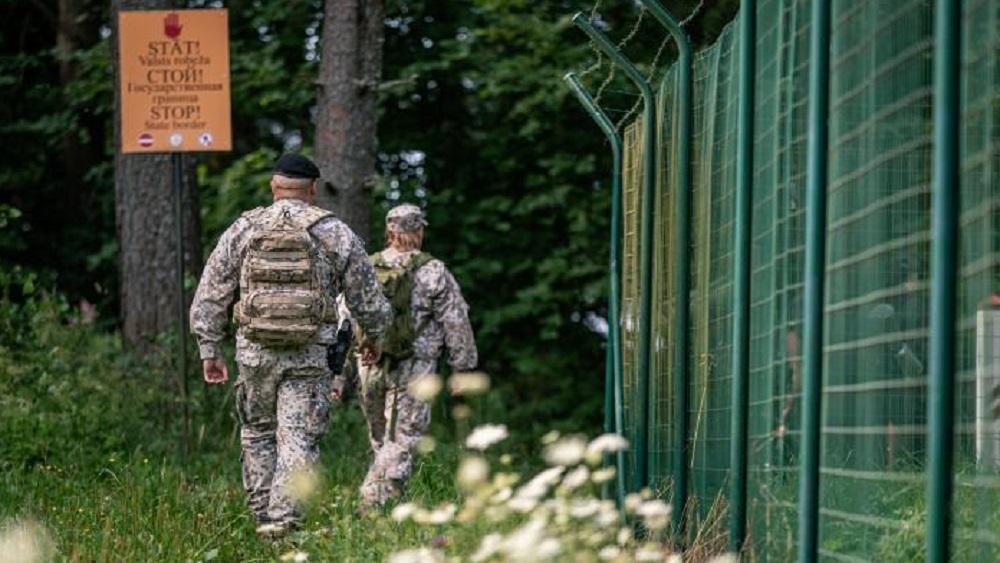 Robežsardze: mēs ik dienas redzam baltkrievu robežsargu iesaisti migrantu krīzē