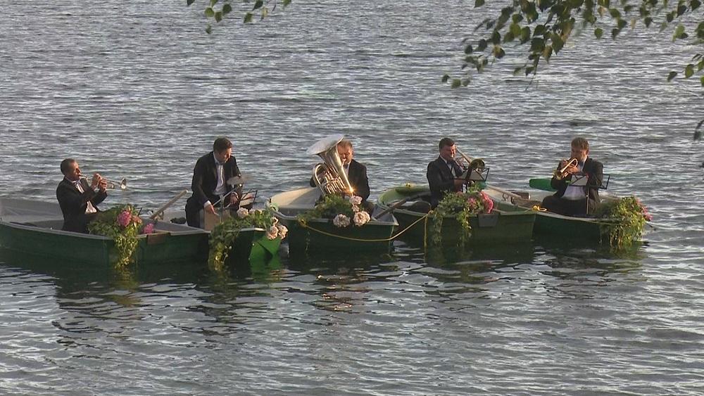 Ar koncertu uz ūdens jēkabpiliešus priecē pūtēju kvintets