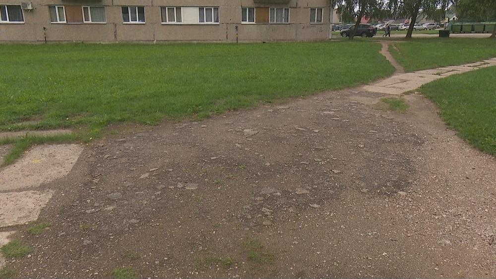 Jēkabpilī sūdzas par gadu desmitiem ilgi neremontētajiem daudzdzīvokļu māju pagalmiem