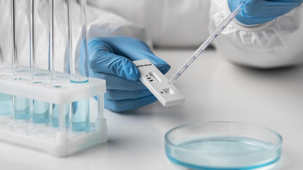 Juceklī ar bērnu siekalu testiem laboratorijas vaino skolas