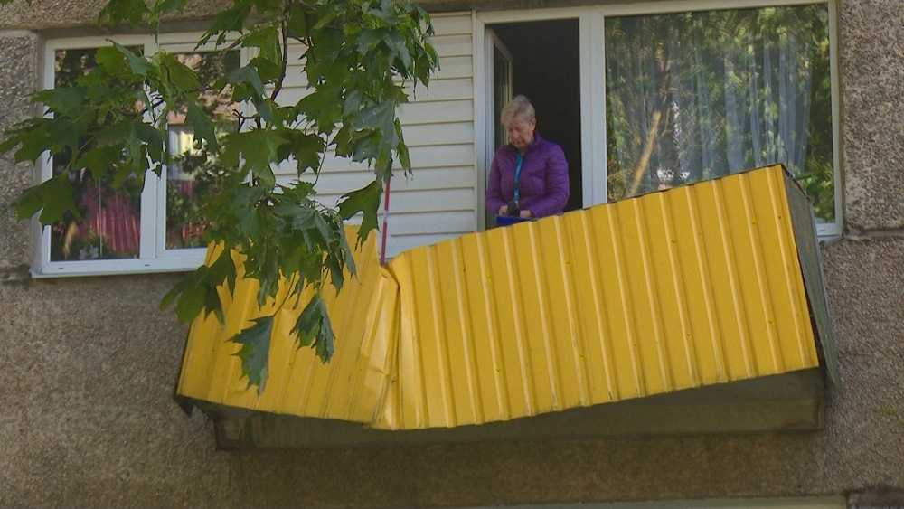 Sieviete knapi paspēj izglābties - koks uzkrīt mājas balkonam