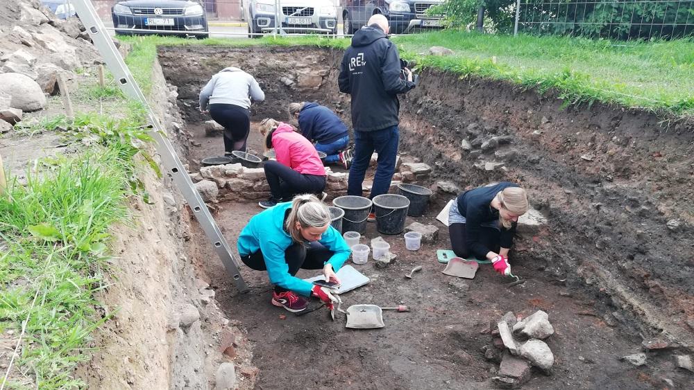 Arheoloģiskajos izrakumos Cēsu vecpilsētā atrod senas vēstures liecības