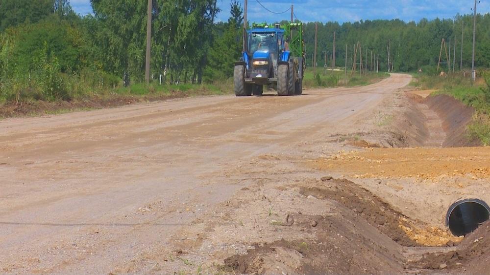 Desmit autoceļu posmos pārtrauc būvdarbus
