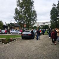 100 cilvēku rinda uz poti; pēc vienas devas vakcīnas brauc pat no tālienes