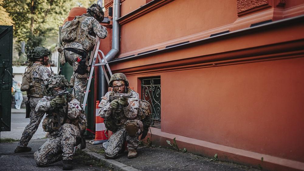 Brīdina par karavīru, zemessargu un militārās tehnikas klātbūtni  Vidzemē