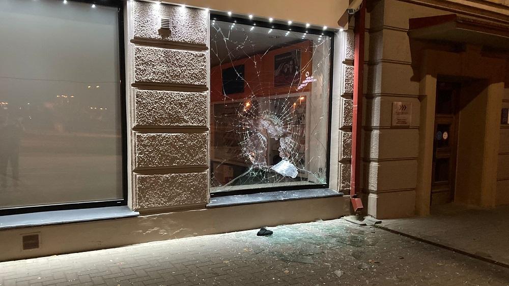 """Valmieras centrā aplaupa """"LMT"""" veikalu; aculiecinieki palīdz aizturēt laupītājus"""
