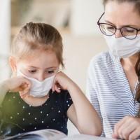 Maskas, milzīga darba slodze, vecāku un bērnu prasības skolotājiem rada spriedzi