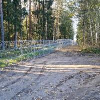 Dzeloņstiepļu žogs gar robežu uzstādīts 12 kilometru garumā