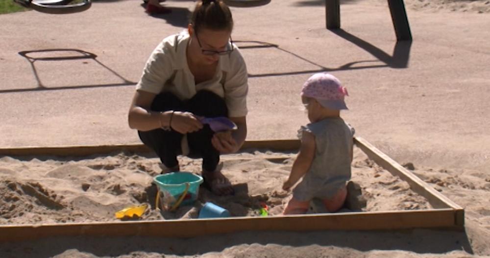 Vecāki vāc parakstus rotaļlaukuma uzlabošanai