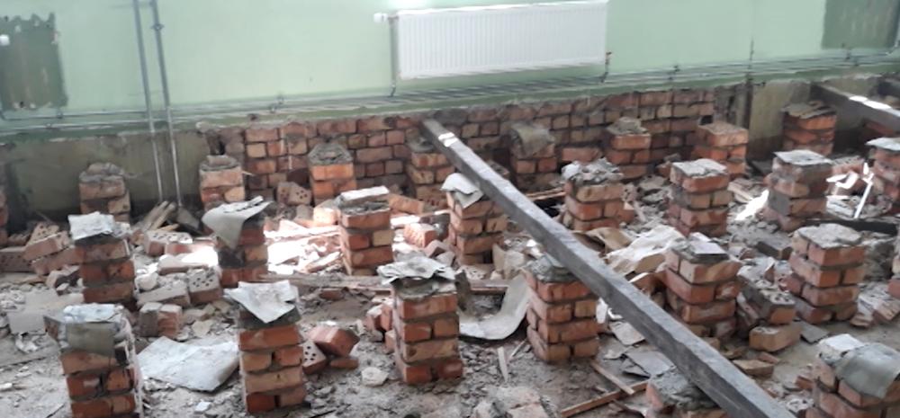 Bauskas Valsts ģimnāzijā remontdarbu laikā atrod vēsturiskās kāpnes