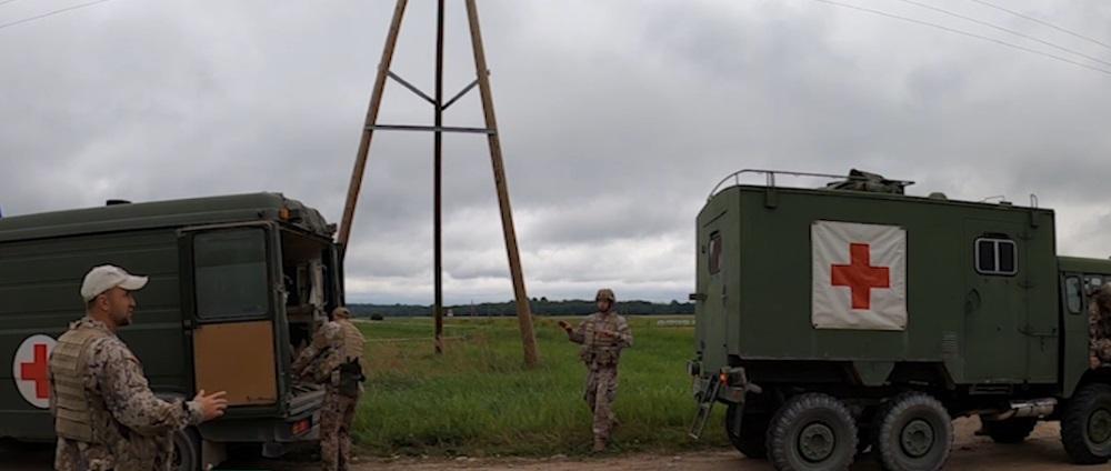 Armija mācās ievainotus karavīrus nogādāt drošā vietā