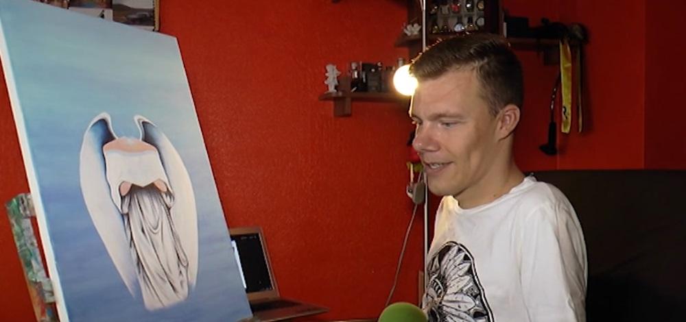 Mareks Odumiņš - gleznotājs ar otu mutē