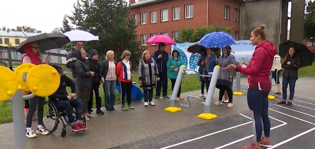 Jēkabpilī demonstrē āra trenažieru lietošanas iespējas cilvēkiem ar īpašām vajadzībām